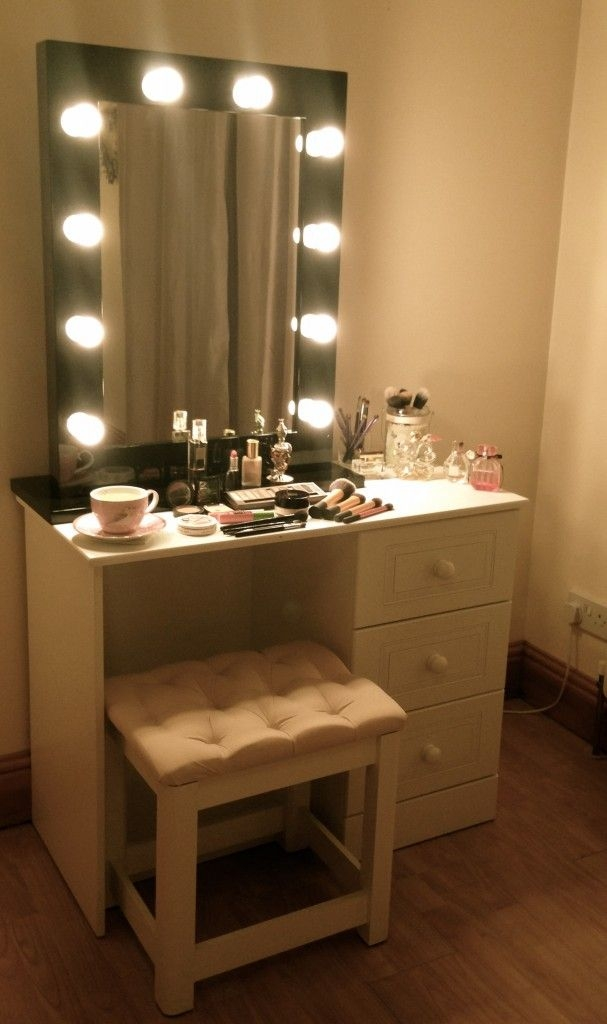 Dressing Table With Lights Around Mirror Images