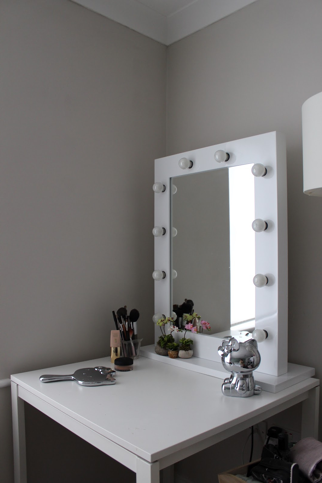 Furniture. Small Corner Vanity Desk With Tall Mirror And ..