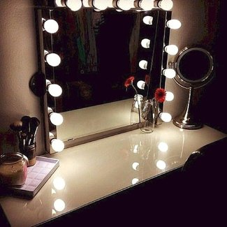 Lighted mirror vanity table | Casa Hannah | Pinterest